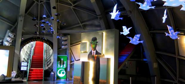 El Atomium belga celebra sus 60 años con una exposición en 3D de Magritte