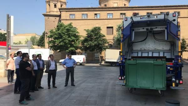 El alcalde observa un camión híbrido de recogida de basura