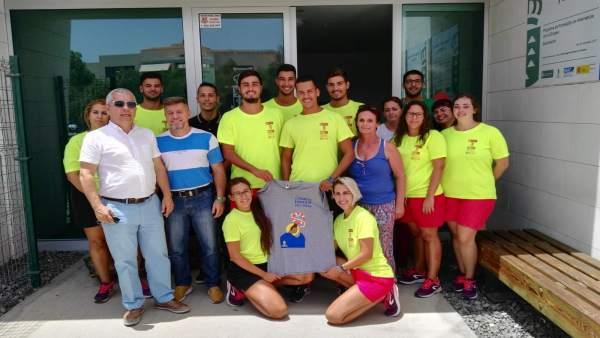 Sebastián Quintana con los jóvenes que se forman como socorristas en Maspalomas