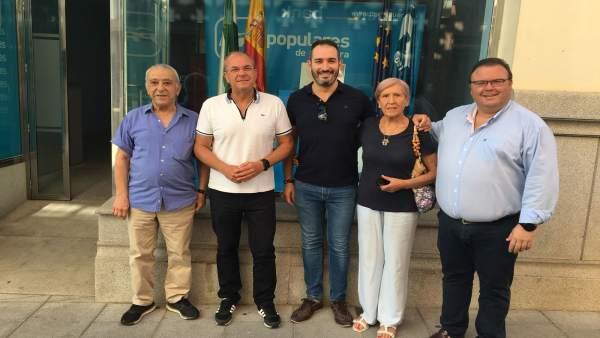 Monago, en su visita a la sede del PP de Castuera.