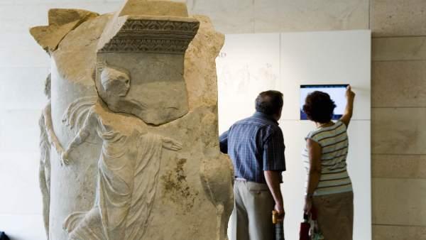 Imagen de visitantes en el Museo Teatro Romano de Cartagena