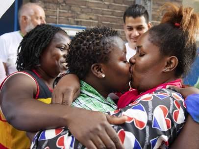 Mujeres se besan durante una protesta