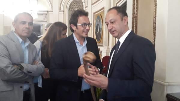 El delegado del Gobierno en Andalucía, Gómez de Celis, y el alcalde de Cádiz