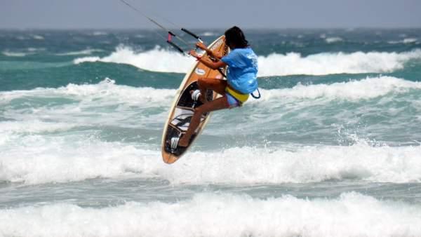 Imagen de archivo de un deportista practicando kitesurf