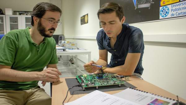 Jaime Gomez y Rafael Toledo con el prototipo de tarjeta procesadora