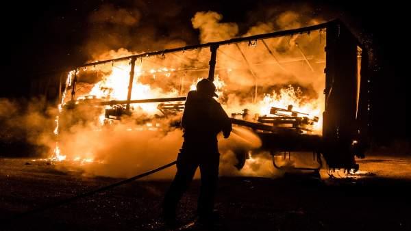 Los bomberos tratan de sofocar las llamas.
