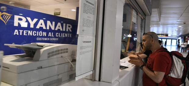 Viajeros en atención al cliente de Ryanair en Barajas