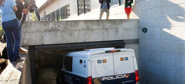 Los detenidos en la operación Barrancabermeja contra el tráfico de drogas llegan a los Juzgados de Vigo.