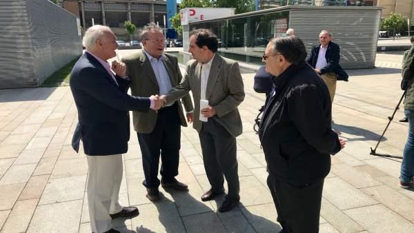 Presidente Distrito Universidad, Enrique Collados, con vecinos en Romareda