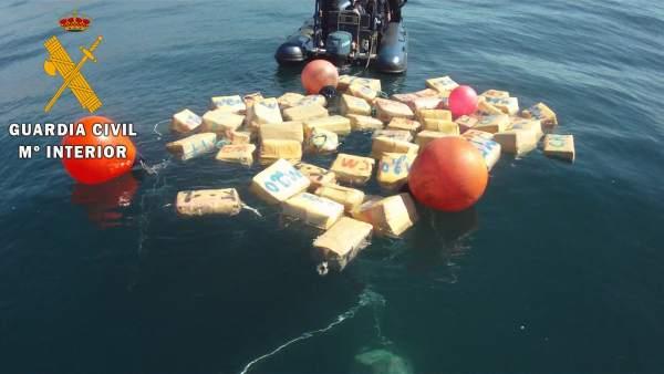 Fardos de hachís aflorados del fondo del mar por la Guardia Civil
