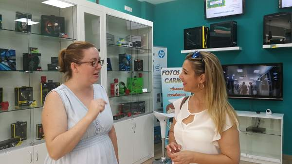 La alcaldesa de Alcalá de Guadaíra visita comercios de la avenida Santa Lucía