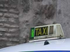 Una mujer se niega a pagar un viaje en taxi y el taxista la encierra en el coche y la lleva de vuelta