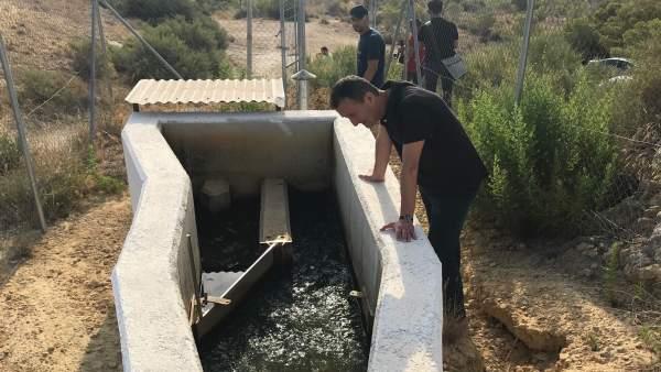 Carlos González observa la entrada de agua