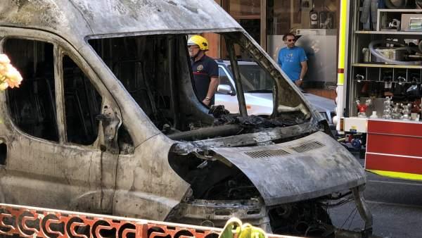 Valladolid.- Furgoneta calcinada por las llamas en Domingo Martínez