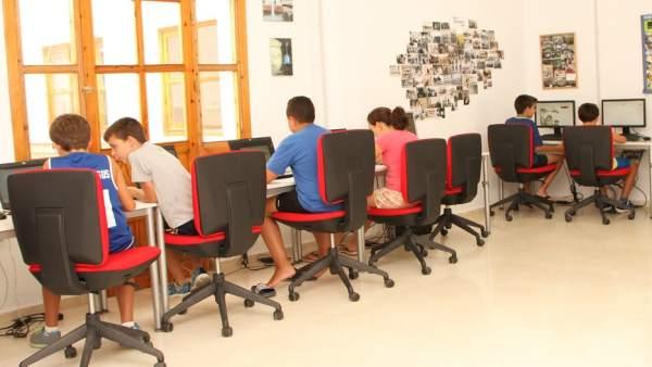 Niños haciendo actividades sobre las TIC en un centro de Guadalinfo
