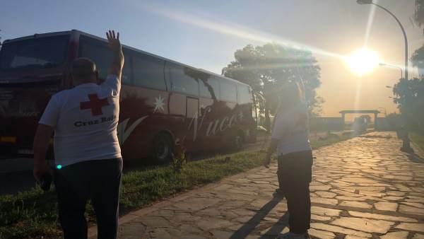 Volunarios de cruz roja despiden a los migrantes que parten de Mérida en autobús
