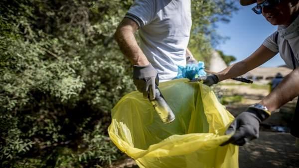 Recogida de residuos en la naturaleza