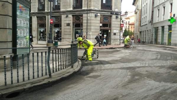 Un operario repara una calle de Oviedo.