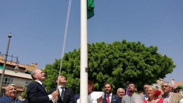De la Torre y Olivares izan la bandera de Málaga