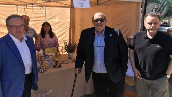 Jesús Oria inaugura la XIII Feria de la Miel de Campoo de Yuso