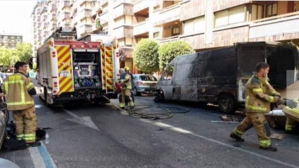 Valladolid.- Furgoneta calcinada por las llamas el viernes en Domingo Martínez