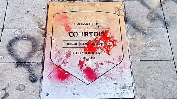 La placa de Courtois, pintada en el Wanda Metropolitano.