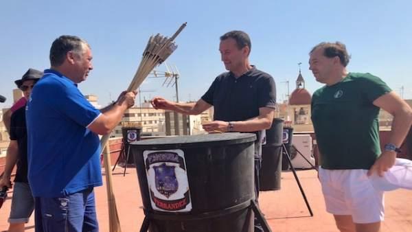 El alcalde de Elche, Carlos González, visita el preparativo de la Nit de l'Albà