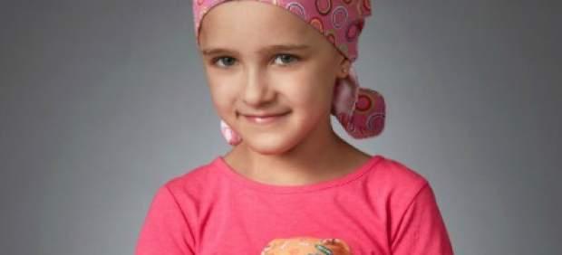 Una niña enferma de cáncer diseña el pañuelo de un muñeco solidario