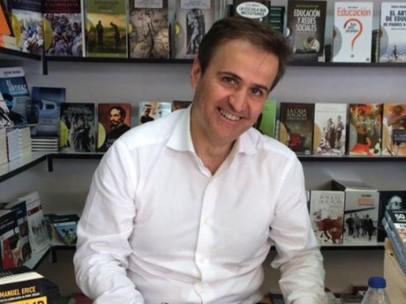 Manuel Erice, corresponsal del ABC, en una firma de libros.