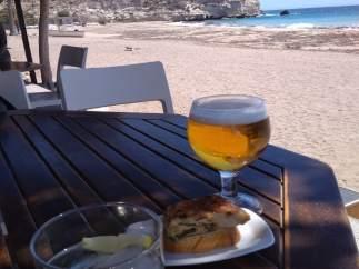 Aperitivo en una terraza en Aguamarga (Almería), en una imagen de archivo