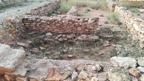 Elementos dañados en uno de los muretes reconstruidos de Kelin
