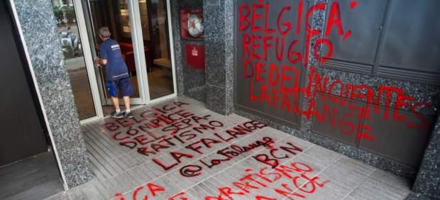 Los Mossos investigan unas pintadas contra Puigdemont en el consulado de Bélgica en Barcelona