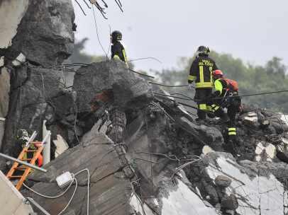 Servicios de rescate tras el derrumbe de un puente en Génova.