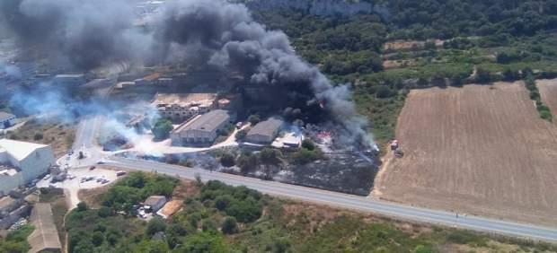 Medios aéreos y terrestres trabajan para extinguir un incendio en Felanitx