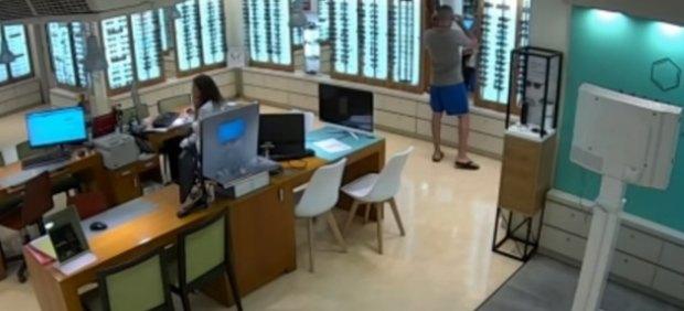 Sale a la luz el vídeo del robo de las gafas de sol de Ángel Boza, miembro de La Manada, en un ...