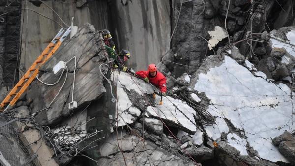 Rescatistas trabajan en el viaducto derrumbado en Génova