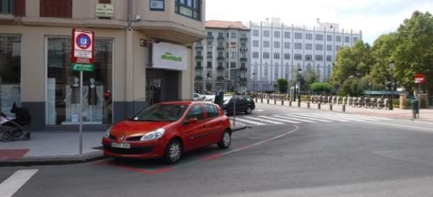 Concluidos los trabajos de señalización de las nuevas plazas rojas de rotación en horario comercial en el Ensanche