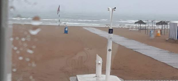 Gandia y Dénia izan la bandera roja y prohíben el baño en sus playas por las tormentas