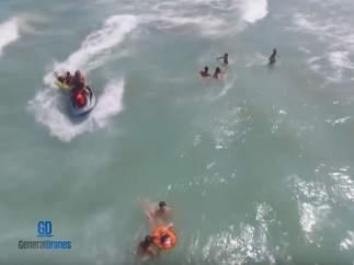 Rescate de unos bañistas por un dron