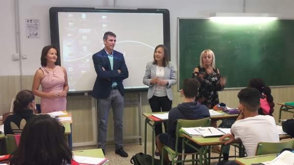 Fernández visita el IES Azcona de la capital