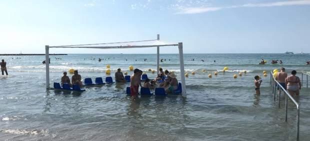 La playa de Levante de Santa Pola estrena una rampa y sillas anfibias para los turistas con movilidad reducida