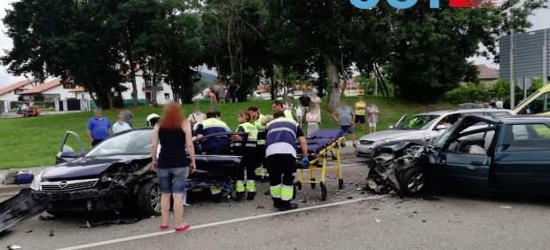 Cuatro heridos, uno con pronóstico reservado, al colisionar cuatro coches en Arnuero