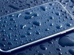 Por qué la pantalla de tu móvil no funciona igual con los dedos mojados
