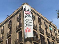 Colocan una pancarta en La Rambla con una imagen de Felipe VI con el rey saudí y una 'estelada'