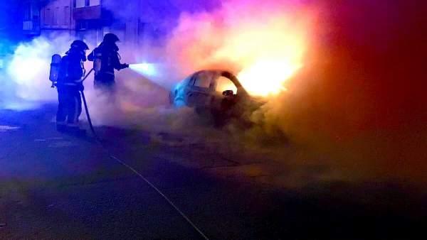 Trabajos de extinción del fuego en el vehículo.