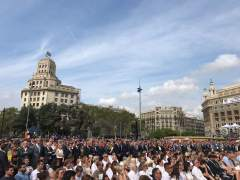 """Felipe VI se saluda con Torra entre gritos de """"viva el rey"""""""
