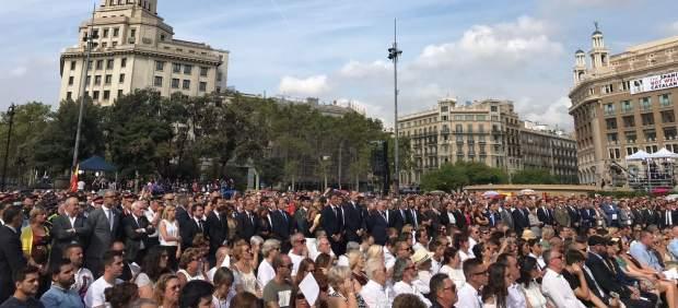 """Felipe VI se saluda con Torra entre aplausos y gritos de """"viva el rey"""" en el homenaje"""