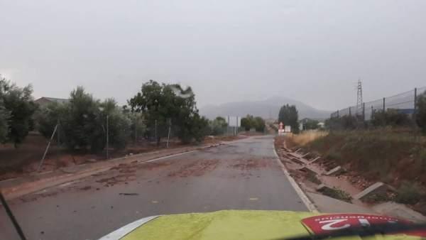 Carretera llena de barro por las tormentas