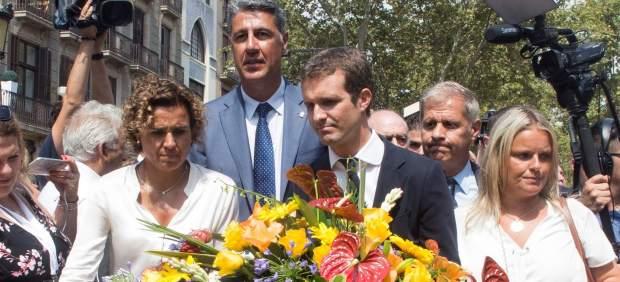 """Abucheos y gritos de """"¡Fuera, fuera!"""" a Pablo Casado y Albiol a su llegada a las Ramblas"""