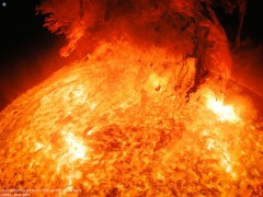 La espectacular imagen de una erupción solar con la Tierra de fondo